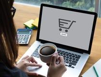 Το ηλεκτρονικό εμπόριο προσθέτει στο κάρρο που το σε απευθείας σύνδεση κατάστημα διαταγής αγοράζει τη σε απευθείας σύνδεση πληρωμ στοκ φωτογραφία με δικαίωμα ελεύθερης χρήσης