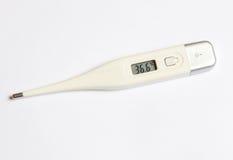 Το ηλεκτρονικό θερμόμετρο σε ένα άσπρο υπόβαθρο στοκ φωτογραφίες