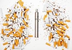 Το ηλεκτρονικό τσιγάρο ενάντια στα αναλογικά τσιγάρα είναι πολύ καλύτερο σχολιάζει το μέταλλο χρωμίου Στοκ φωτογραφία με δικαίωμα ελεύθερης χρήσης