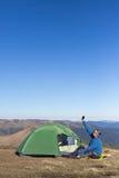 Το ηλιακό πλαίσιο που συνδέεται με τη σκηνή Η συνεδρίαση ατόμων δίπλα στις κινητές τηλεφωνικές δαπάνες από τον ήλιο Στοκ εικόνα με δικαίωμα ελεύθερης χρήσης