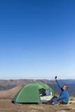 Το ηλιακό πλαίσιο που συνδέεται με τη σκηνή Η συνεδρίαση ατόμων δίπλα στις κινητές τηλεφωνικές δαπάνες από τον ήλιο Στοκ εικόνες με δικαίωμα ελεύθερης χρήσης