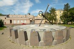 Το ηλιακό ρολόι στο τετράγωνο Στοκ Εικόνες