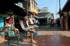 Το ηλικιωμένο άτομο διάβασε μια εφημερίδα υπαίθρια στην Ινδία στοκ φωτογραφίες
