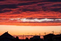 Το ηλιοβασίλεμα ανάβει επάνω τα σύννεφα επάνω από μια αστική οδό Στοκ φωτογραφίες με δικαίωμα ελεύθερης χρήσης