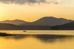 Το ηλιοβασίλεμα, η βάρκα, ο ψαράς Στοκ φωτογραφία με δικαίωμα ελεύθερης χρήσης