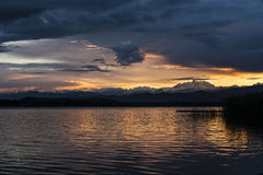 Το ηλιοβασίλεμα και τοποθετεί τη Rosa από τη λίμνη του Βαρέζε Στοκ εικόνες με δικαίωμα ελεύθερης χρήσης