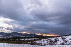 Το ηλιοβασίλεμα μοιάζει με την πυρκαγιά Δραματικό χειμερινό τοπίο ουρανού Στοκ Φωτογραφίες