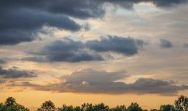 Το ηλιοβασίλεμα πέρα από ένα πάρκο Στοκ Φωτογραφίες