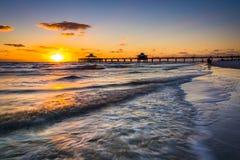 Το ηλιοβασίλεμα πέρα από την αποβάθρα αλιείας και το Κόλπο του Μεξικού στο οχυρό Myers είναι Στοκ εικόνες με δικαίωμα ελεύθερης χρήσης