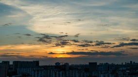 Το ηλιοβασίλεμα πέρα από την πόλη από υψηλό επάνω από την πόλη Χρονικό σφάλμα απόθεμα βίντεο