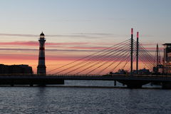 Το ηλιοβασίλεμα στο Μάλμοε κοντά στη γέφυρα στοκ φωτογραφίες
