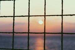 Το ηλιοβασίλεμα συναντά τον ωκεανό Στοκ εικόνα με δικαίωμα ελεύθερης χρήσης