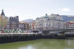 Το θέατρο Arriaga δίπλα στον ποταμό Nervion μια ηλιόλουστη ημέρα στοκ εικόνες