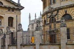 Το θέατρο Sheldonian με τη βιβλιοθήκη Bodleian στο υπόβαθρο στοκ εικόνα με δικαίωμα ελεύθερης χρήσης