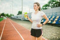 Το θέμα είναι αθλητισμός και υγεία Η όμορφη νέα καυκάσια γυναίκα με το μεγάλο δρομέα αθλητών στηθών στέκεται στο τρέξιμο στοκ φωτογραφίες με δικαίωμα ελεύθερης χρήσης