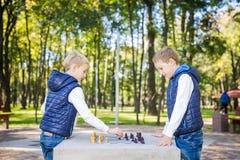 Το θέμα είναι παιδιά που μαθαίνουν, λογική ανάπτυξη, μυαλό math, πρόοδος κινήσεων λάθος υπολογισμού Μεγάλη οικογένεια δύο αδελφοί στοκ φωτογραφίες