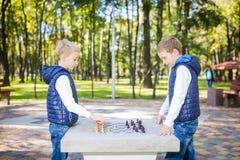 Το θέμα είναι παιδιά που μαθαίνουν, λογική ανάπτυξη, μυαλό math, πρόοδος κινήσεων λάθος υπολογισμού Μεγάλη οικογένεια δύο αδελφοί στοκ εικόνες με δικαίωμα ελεύθερης χρήσης
