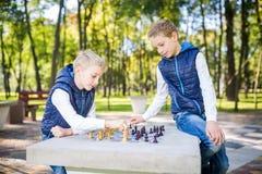 Το θέμα είναι παιδιά που μαθαίνουν, λογική ανάπτυξη, μυαλό math, πρόοδος κινήσεων λάθος υπολογισμού Μεγάλη οικογένεια δύο αδελφοί στοκ φωτογραφία