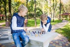 Το θέμα είναι παιδιά που μαθαίνουν, λογική ανάπτυξη, μυαλό math, πρόοδος κινήσεων λάθος υπολογισμού Μεγάλη οικογένεια δύο αδελφοί στοκ φωτογραφία με δικαίωμα ελεύθερης χρήσης