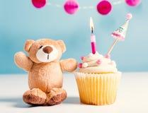 Το θέμα εορτασμού παιδιών με ένα cupcake και teddy αντέχει Στοκ Φωτογραφίες