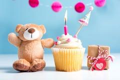 Το θέμα εορτασμού παιδιών με ένα cupcake και teddy αντέχει Στοκ φωτογραφία με δικαίωμα ελεύθερης χρήσης