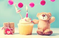 Το θέμα εορτασμού παιδιών με ένα cupcake και teddy αντέχει Στοκ Εικόνες