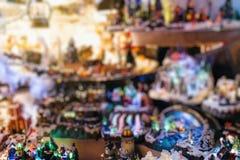 Το θέμα Χριστουγέννων στη θαμπάδα αγοράς Χριστουγέννων, bokeh, στοκ φωτογραφίες