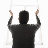 Το θαύμα. Οπισθοσκόπος του ατόμου που στέκεται μπροστά από τα WI παραθύρων στοκ εικόνες