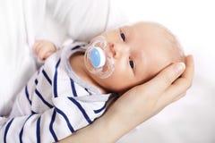Το θαύμα της γέννησης, η μητέρα λίκνισε έναν νεογέννητο Στοκ Φωτογραφίες