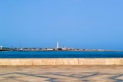 Το θαλάσσιους φάρο και την ακτή της Καζαμπλάνκα που βλέπουν από το Χασάν ΙΙ το μουσουλμανικό τέμενος terace Στοκ Εικόνα
