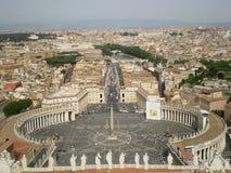 Το θεαματικό τετράγωνο του ST Peter ` s, Ρώμη, Ιταλία Άποψη από το θόλο του SAN Pedro στοκ φωτογραφία με δικαίωμα ελεύθερης χρήσης