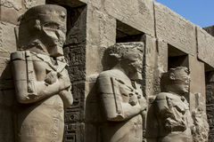 Το θεατρικό προαύλιο Porticoed με τις στήλες Osiris στο ναό Ramesses 3$ος στο ναό Karnak σε Luxor στην Αίγυπτο Στοκ Εικόνες