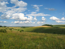 Το θερινό αγροτικό τοπίο στη μέση των όμορφων σύννεφων στοκ φωτογραφία με δικαίωμα ελεύθερης χρήσης