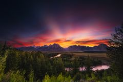 Το θερινό ηλιοβασίλεμα στον ποταμό φιδιών αγνοεί στοκ εικόνα