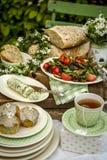 Το θερινό μεσημεριανό γεύμα με τη σαλάτα, nettele βούτυρο, σπίτι έκανε το ψωμί και muffins Στοκ φωτογραφία με δικαίωμα ελεύθερης χρήσης
