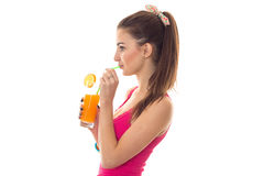 Το θερινό πορτρέτο Profaile της όμορφης γυναίκας brunette στο ρόδινο πουκάμισο πίνει το πορτοκαλί κοκτέιλ που απομονώνεται στο άσ Στοκ Εικόνα