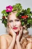 E Θερινό πρότυπο κορίτσι ομορφιάς με το ζωηρόχρωμο στεφάνι λουλουδιών στοκ εικόνες