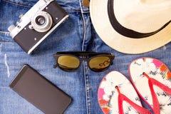 Το θερινό ταξίδι έθεσε - κάμερα, μίνι φούστα τζιν, σανδάλια, τηλέφωνο, γυαλιά ηλίου, καπέλο Στοκ Εικόνες