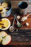 Το θερμαμένο ζεστό ποτό κρασιού με τα εσπεριδοειδή, το μήλο και τα καρυκεύματα casserole και το FIR αργιλίου διακλαδίζονται στο σ Στοκ Φωτογραφίες