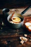 Το θερμαμένο ζεστό ποτό κρασιού με τα εσπεριδοειδή, το μήλο και τα καρυκεύματα casserole και το FIR αργιλίου διακλαδίζονται στο σ Στοκ φωτογραφία με δικαίωμα ελεύθερης χρήσης