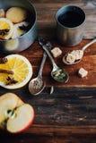 Το θερμαμένο ζεστό ποτό κρασιού με τα εσπεριδοειδή, το μήλο και τα καρυκεύματα casserole και το FIR αργιλίου διακλαδίζονται στο σ Στοκ εικόνα με δικαίωμα ελεύθερης χρήσης