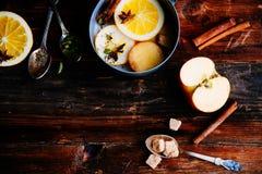 Το θερμαμένο ζεστό ποτό κρασιού με τα εσπεριδοειδή, το μήλο και τα καρυκεύματα casserole και το FIR αργιλίου διακλαδίζονται στο σ Στοκ φωτογραφίες με δικαίωμα ελεύθερης χρήσης
