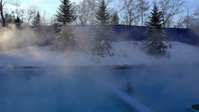 Το θερμικό υπόγειο καυτό νερό λιμνών άνοιξης υπαίθριο εξατμίζει την υγρασία και εκπέμπει την παγωμένη χειμερινή ημέρα θερμότητας απόθεμα βίντεο