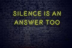 Το θετικό ενθαρρυντικό απόσπασμα στο σημάδι νέου ενάντια στη σιωπή τουβλότοιχος είναι μια απάντηση επίσης ελεύθερη απεικόνιση δικαιώματος