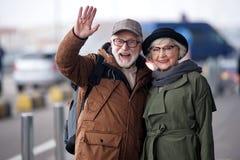 Το θετικό ευτυχές ανώτερο ζεύγος εκφράζει το gladness στοκ φωτογραφία με δικαίωμα ελεύθερης χρήσης