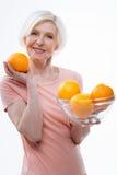Το θετικό ευχαρίστησε το ηλικίας ξανθό μεγάλο πορτοκάλι επίδειξης στοκ φωτογραφίες με δικαίωμα ελεύθερης χρήσης