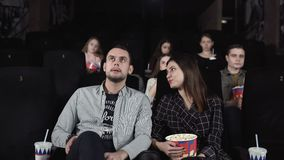 Το θετικό ζεύγος τρώει popcorn και συζητά έναν κινηματογράφο φιλμ μικρού μήκους
