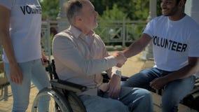 Το θετικό ο χρόνος εξόδων ατόμων με τους χρήσιμους εθελοντές απόθεμα βίντεο