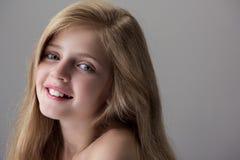 Το θετικό όμορφο παιδί εκφράζει το gladness στοκ φωτογραφίες με δικαίωμα ελεύθερης χρήσης