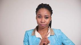 Το θηλυκό αμερικανικό πρόσωπο afro παρουσιάζει συγκινήσεις διαφωνίας απόθεμα βίντεο